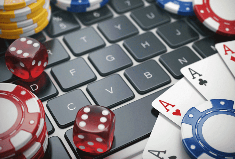 What are the different types of betting systems in online poker?
